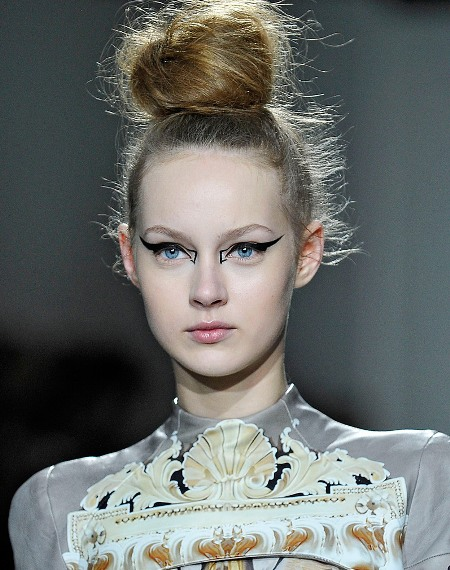 how-to-pull-off-geometric-eyeliner-trend-Mary Katrantzou-fw-2012